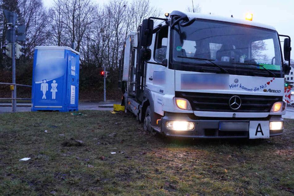 Sch... gelaufen: Hier steckt ein Toiletten-Truck fest