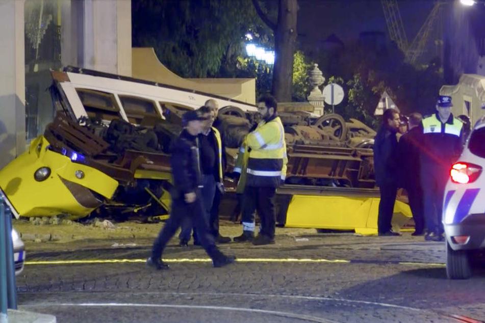Die Straßenbahn wurde bei dem Unfall völlig zerstört.