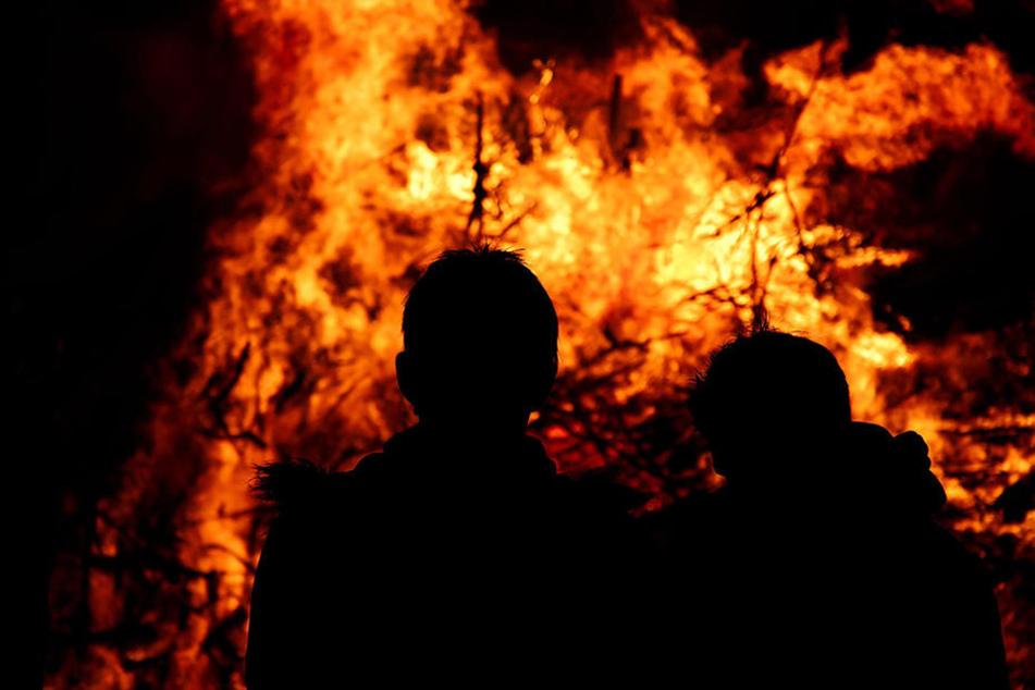 In der Nacht vor der eigentlichen Veranstaltung zündeten Unbekannte das Osterfeuer in Hövelhof an. (Symbolfoto)