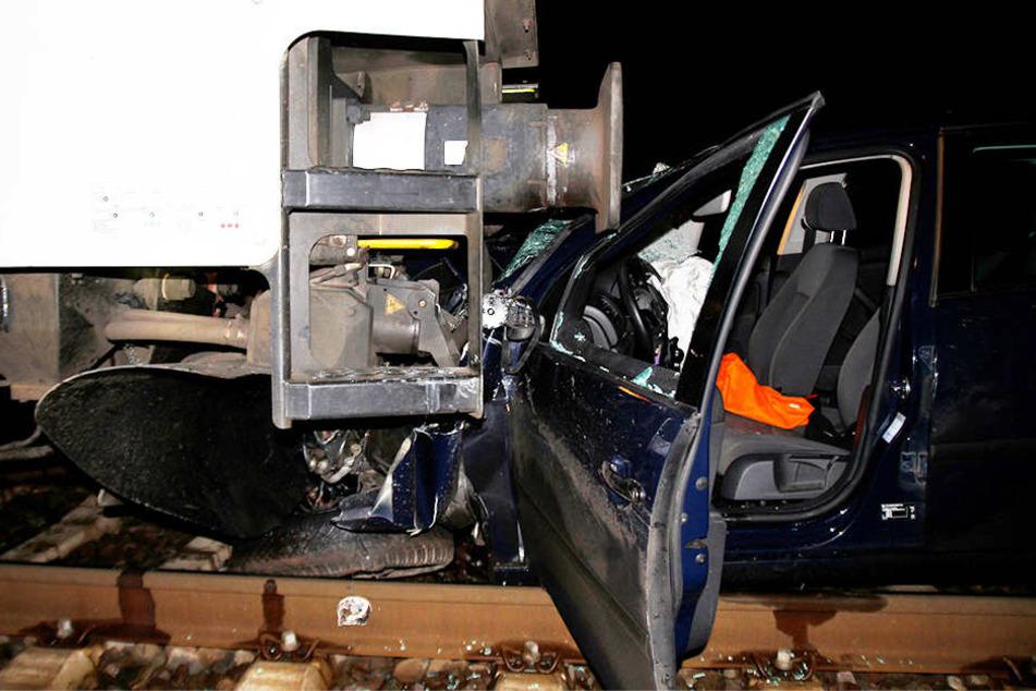 Fahrer (29) tot | Güterzug rammt Golf am Bahnübergang