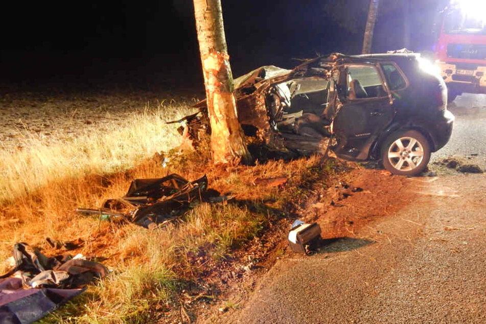 Der Mann krachte mit seinem Auto gegen ein Baum.