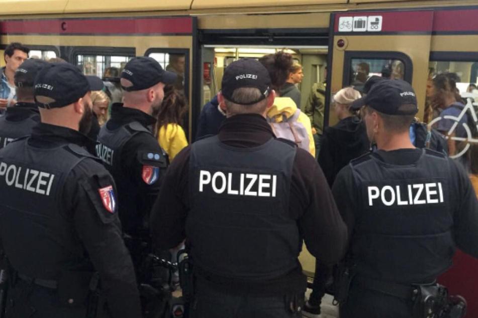 Die Fahrgäste werden von der Berliner Bundespolizei auf Waffen aller Art kontrolliert.