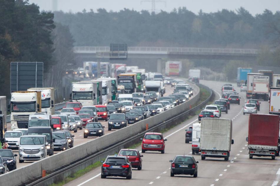Autos und Lastwagen stehen auf der Bundesautobahn 7 in Richtung Norden im Stau.