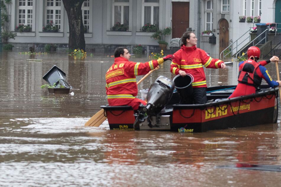 Bei den Evakuierungsmaßnahmen in Hückeswagen sind die Rettungskräfte aufgrund der überfluteten Straßen auch auf Boote angewiesen. (Symbolfoto)