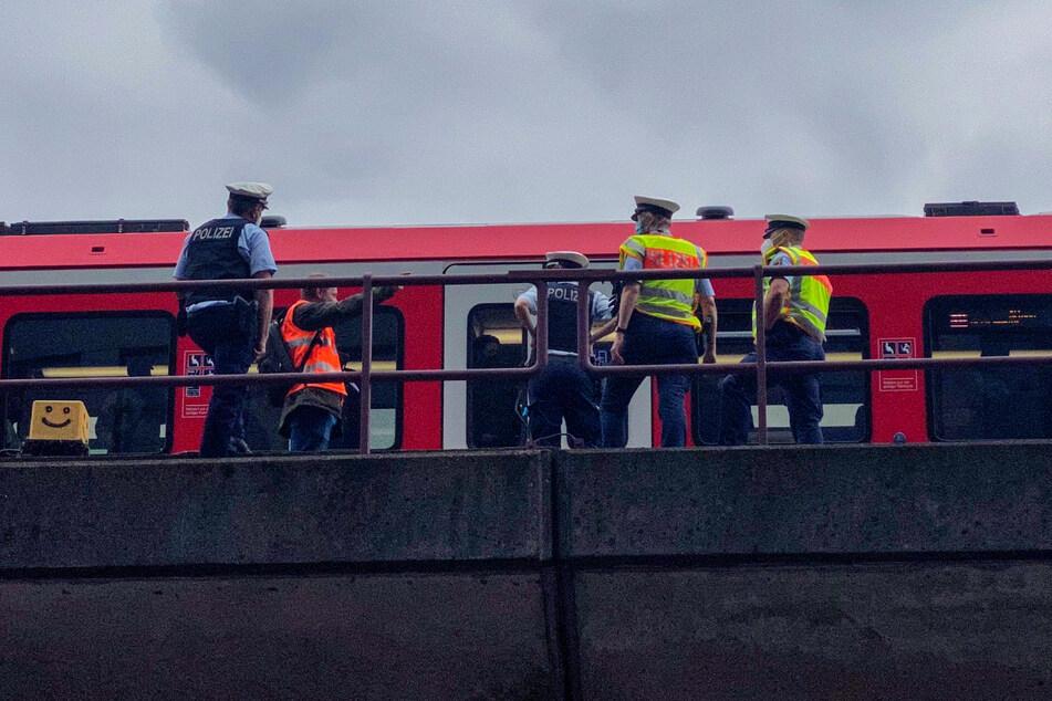 Die Fahrgäste der S-Bahn mussten mitten auf der Strecke den Zug verlassen.