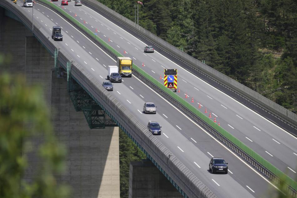 Schönberg: Autos fahren kurz vor dem Brenner über die Europabrücke Richtung Italien.