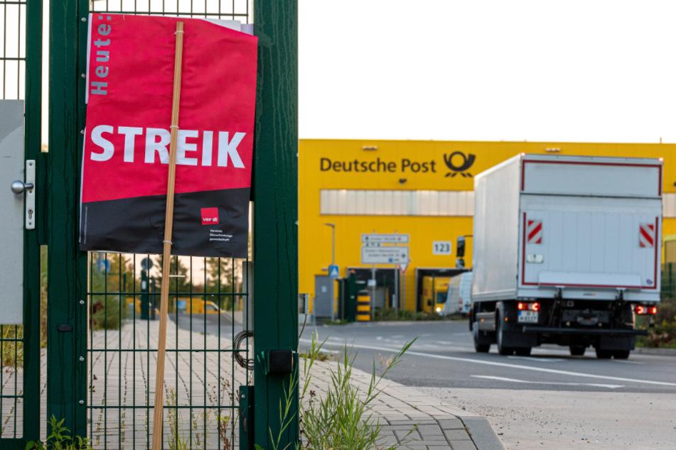 """Ein Schild der Gewerkschaft Verdi mit der Aufschrift """"Heute Streik"""" steht vor einer Deutsche-Post-DHL-Niederlassung. (Symbolbild)"""