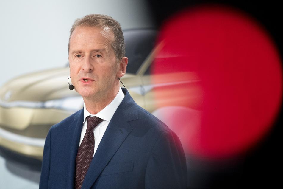November 2018, Wolfsburg: Herbert Diess, Vorstandsvorsitzender Volkswagen AG, spricht bei einer Presskonferenz im Volkswagen Werk.