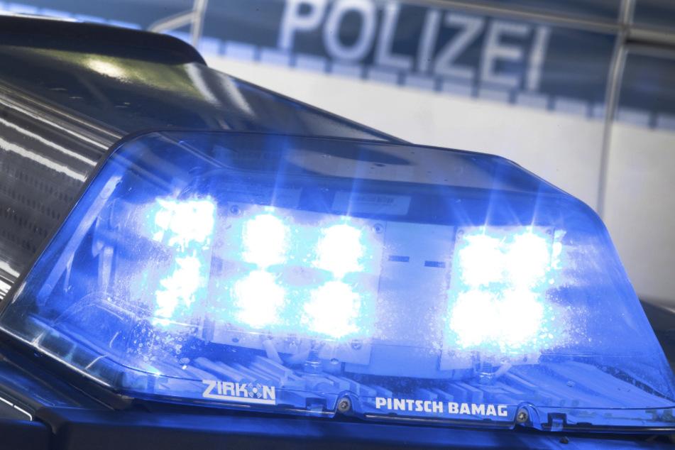 Ein Blaulicht leuchtet auf dem Dach eines Polizeiwagens. (Symbolbild)