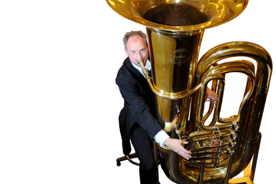 Solotubist Professor Jörg Wachsmuth spielt auf seiner Riesentuba in atemberaubendem Tempo.