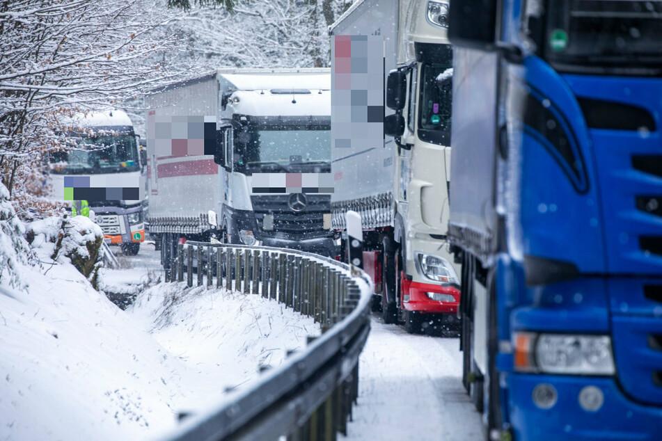 Nichts ging mehr am Mittwochmorgen: Laster kamen im Erzgebirge nicht mehr voran, sie mussten auf den Winterdienst warten.