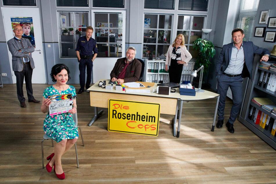 "Gert Achtziger (Alexander Duda, l-r), Miriam Stockl (Marisa Burger), Michi Mohr (Max Müller), Anton Stadler (Dieter Fischer), Marie Hofer (Karin Thaler), Sven Hansen (Igor Jeftic) am Set der ""Rosenheim-Cops""."