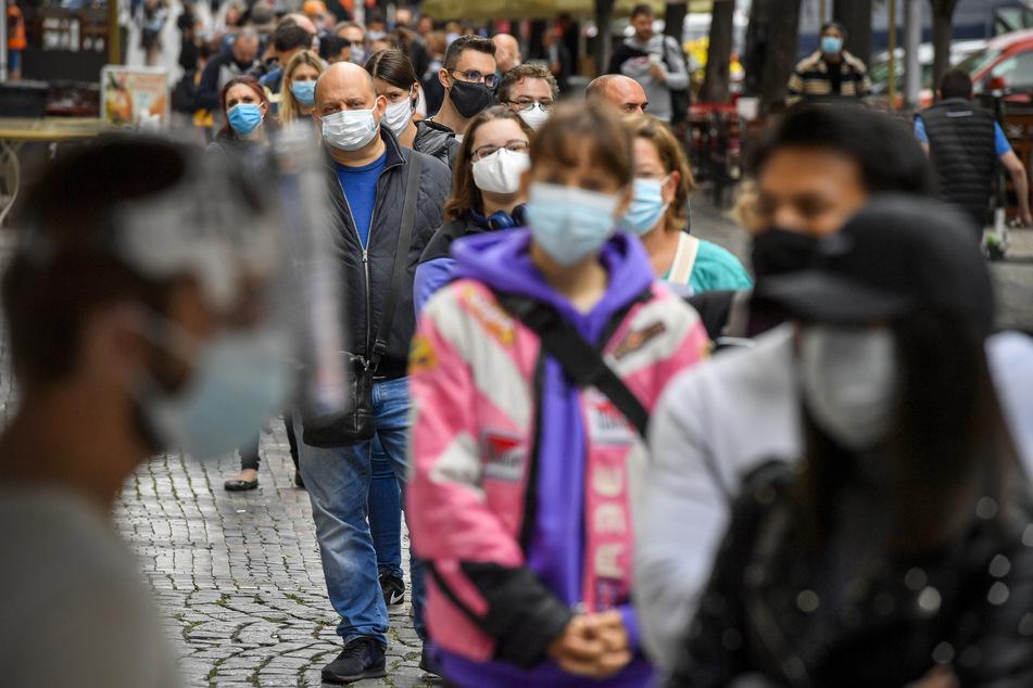Prag: Menschen mit Mundschutz stehen an der Sammelstelle am Wenzelsplatz Schlange, um sich auf Covid-19 testen zu lassen. In Tschechien breitet sich das Coronavirus weiter rasant aus.