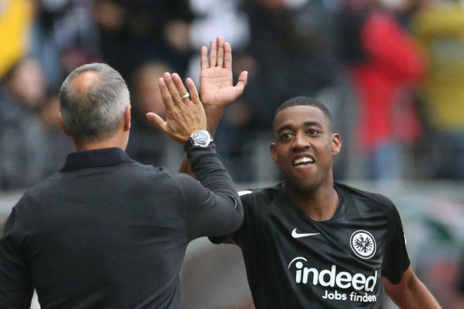 """""""Schlag ein Adi"""": Gelson Fernandes (Re.) wird Eintracht Frankfurt im besten Fall bis zum Jahr 2020 erhalten bleiben."""