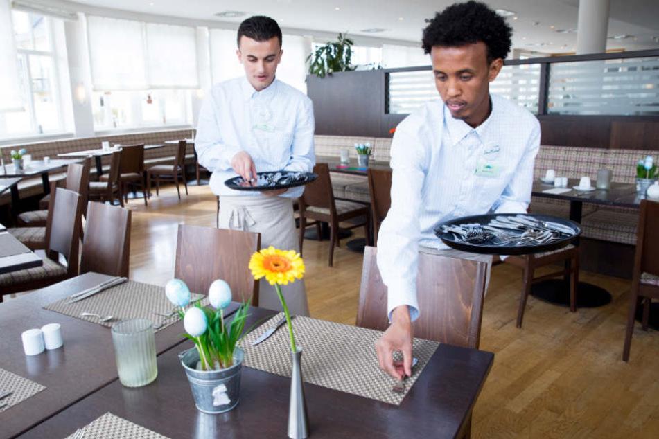 Flüchtlinge arbeiten vor allem als Helfer wie hier in einem Restaurant auf der Nordseeinsel Sylt (Archivbild).