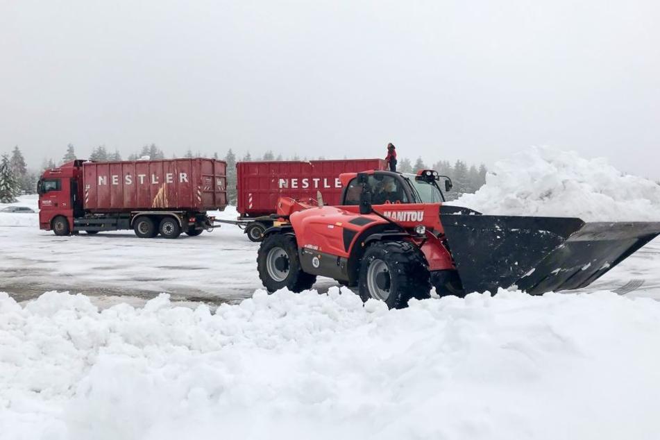 Die Schneemassen am Fichtelberg werden abtransportiert.