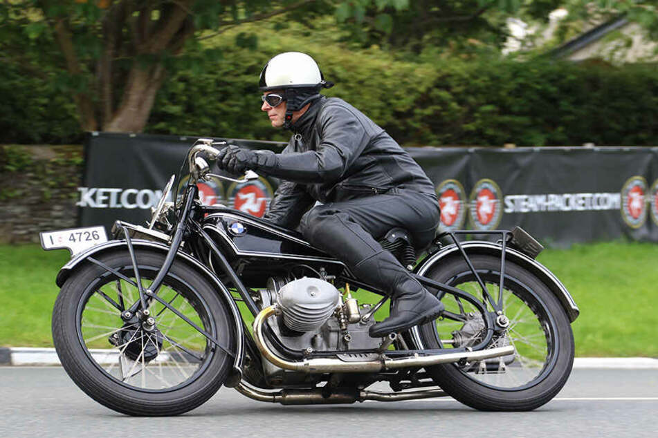 """Mit seiner BMW R62, Baujahr 1928, war Peter Eifler am """"Fabian""""-Set."""