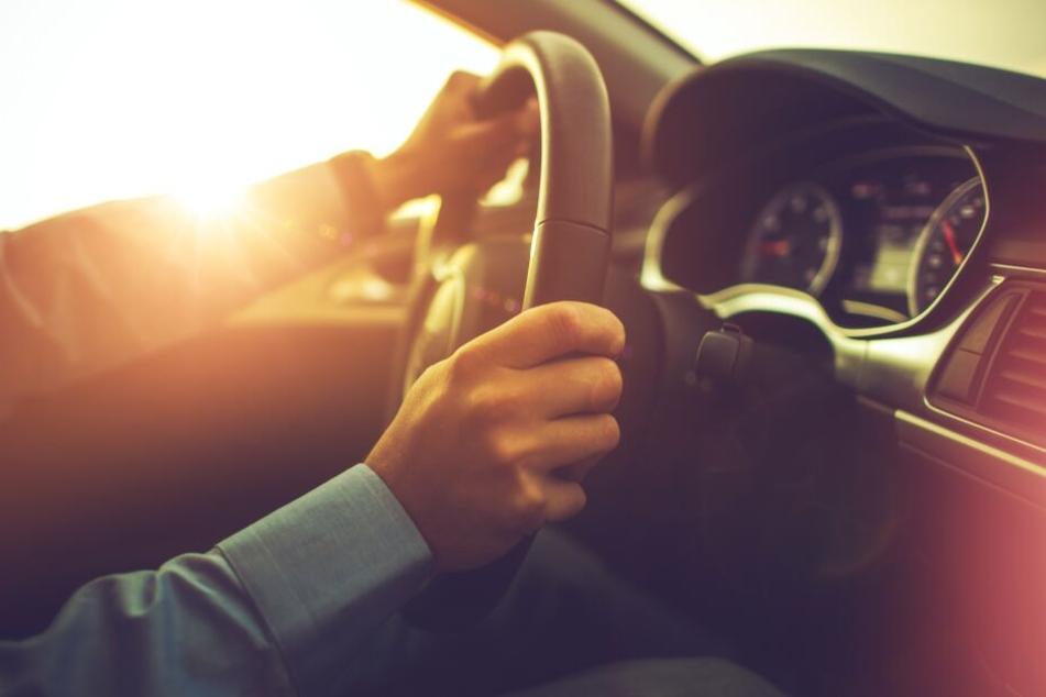 rasendes-auto-in-verkehrsberuhigter-zone-polizist-stellt-sich-in-den-weg-und-wird-angefahren