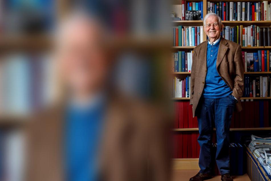 Kurt Biedenkopf vor der großen Bücherwand in seinem Dresdner Büro. Viele Stunden in der Woche geht der 89-Jährige noch zum Arbeiten in die Anwaltskanzlei.