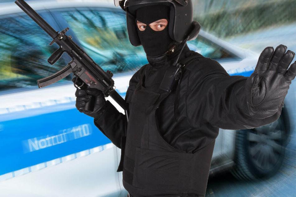 Der Beschuldighte soll aus einem Pavillon Spielzeugautos gestohlen und auch versucht haben zwei Pkw zu stehlen, die dahinter geparkt standen. (Bildmontage)