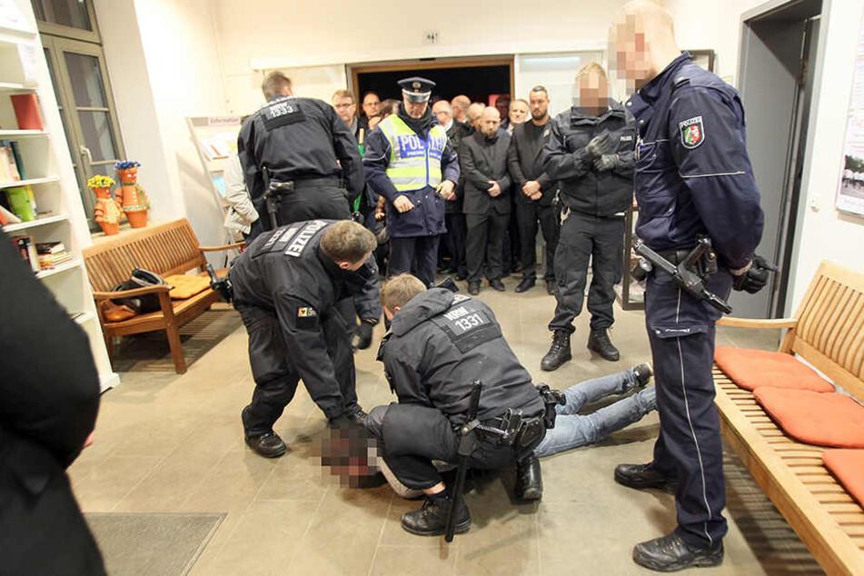 Die Polizei nahm 30 Demonstranten fest.