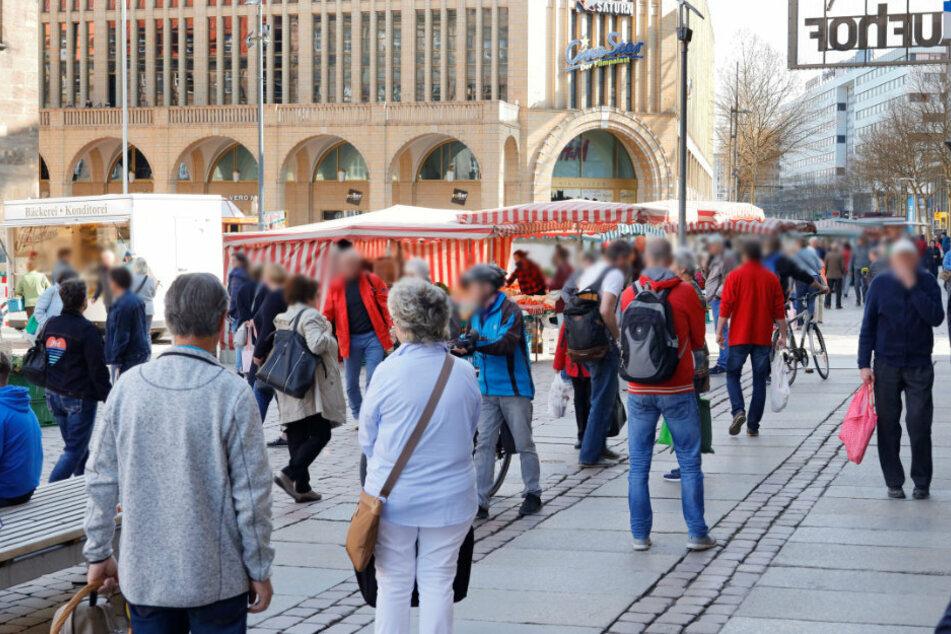 Viele Chemnitzer erledigten auch am Freitag auf dem Wochenmarkt ihre Einkäufe.