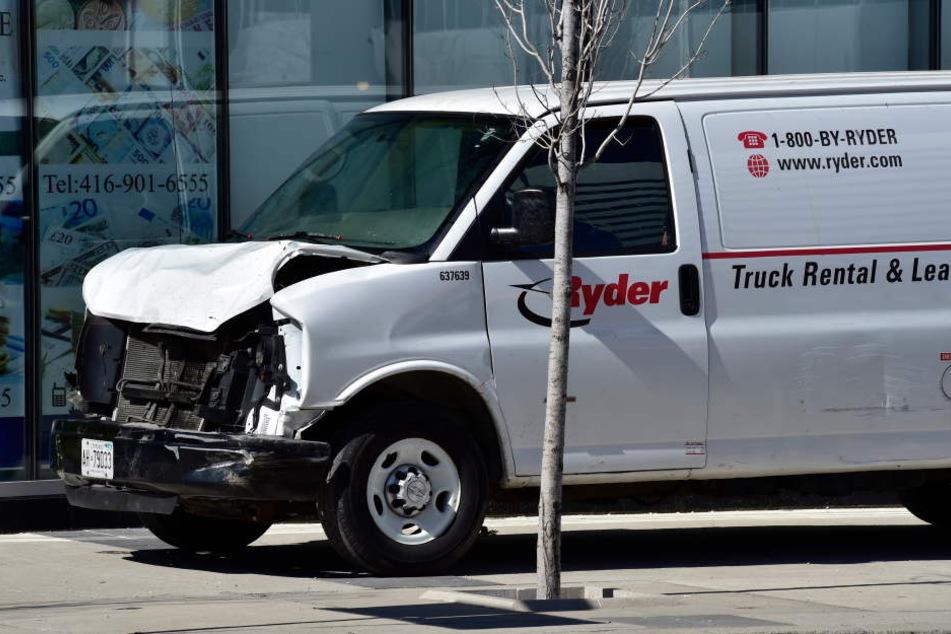 Mit völlig demolierter Motorhaube kam der Lieferwagen zum Stehen.