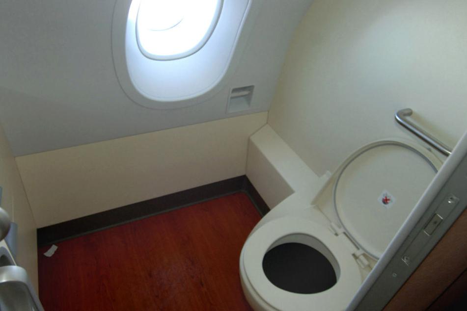 Berichten von US-Medien zufolge fanden die Putzleute den fünf oder sechs Monate alten Fötus am Dienstag in der Toilette des Flugzeugs.