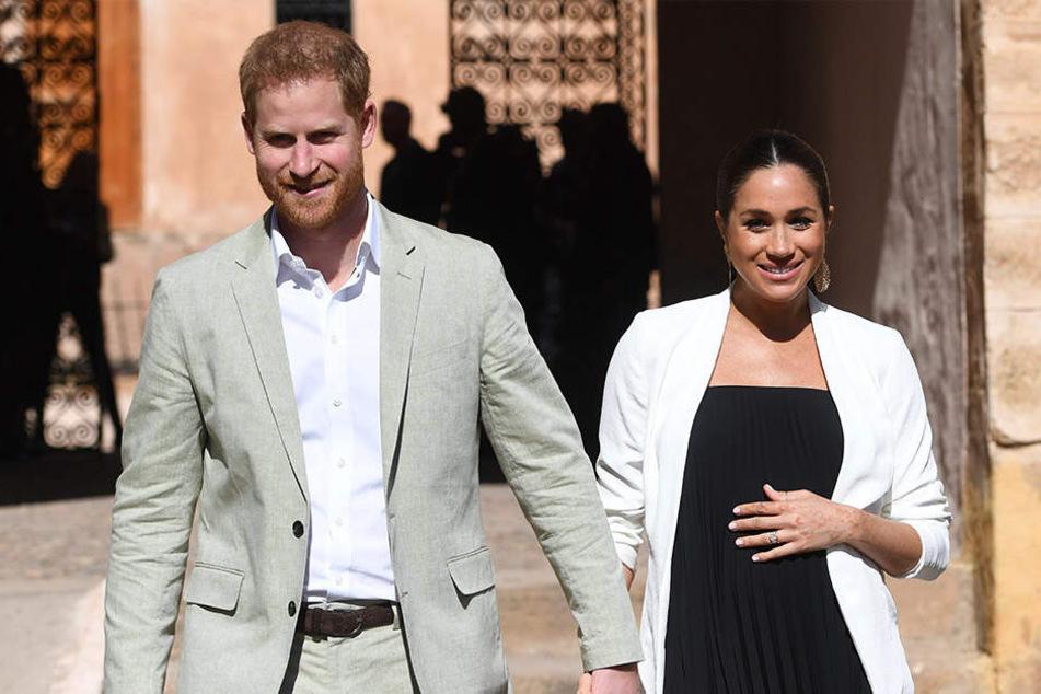 Hand in Hand gehen Prinz Harry von Großbritannien und seine Frau Meghan im Februar 2019 durch Rabat in Marokko.