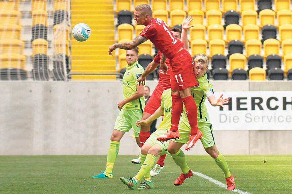 Marc-Philipp Zimmermann springt am höchsten, trifft aber mit der Hand ins Tor - dafür gab's Gelb.