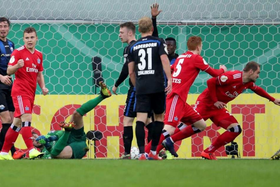 Pierre-Michel Lasogga (r.) aus Hamburg bejubelt das Tor zum 1:0.