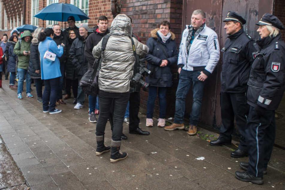 Viele Menschen stehen vor der Davidwache an, um sich ins Kondolenzbuch für Jan Fedder einzutragen.
