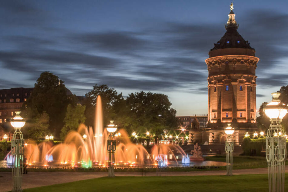 Wenn es dunkel wird in Mannheim (im Bild: der Wasserturm), dann beginnt künftig die Arbeitszeit des Nachtbürgermeisters.