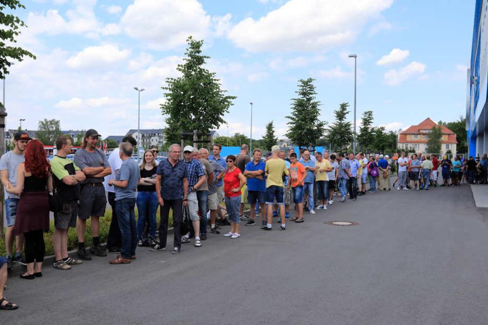 Hunderte Fans wollen ein Ticket für den Pokalkracher CFC - FC Bayern München.