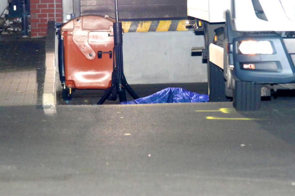 Frau liegt auf Parkplatz und wird von Lkw überrollt: Tot!