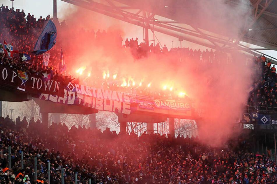 In der Gästekurve zündeten HSV-Fans Pyrotechnik. Das soll der Auslöser für die Ausschreitungen gewesen sein.