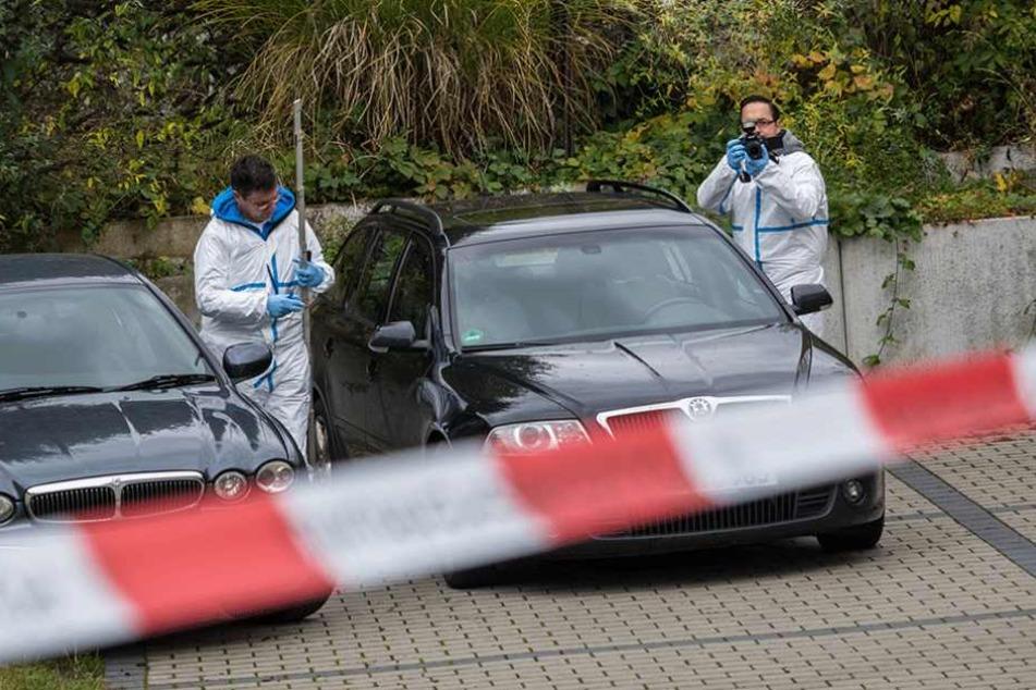 Beamte der Spurensicherung untersuchen in Georgensgmünd (Bayern) zwei Fahrzeuge.