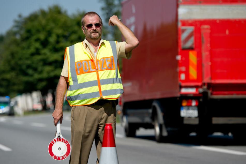 Die Polizei fahndet nach dem Lkw, auf dem die Flüchtlinge mehrere Tage unterwegs waren. (Symbolfoto)