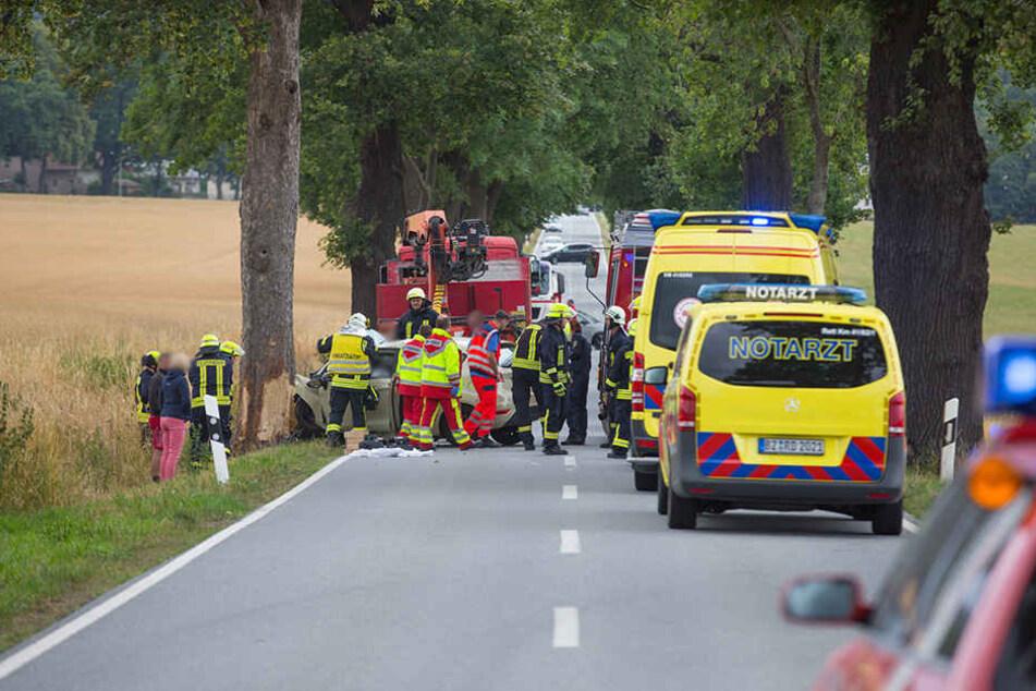 Rettungskräfte stehen auf der Königsbrücker Straße bei Kamenz.