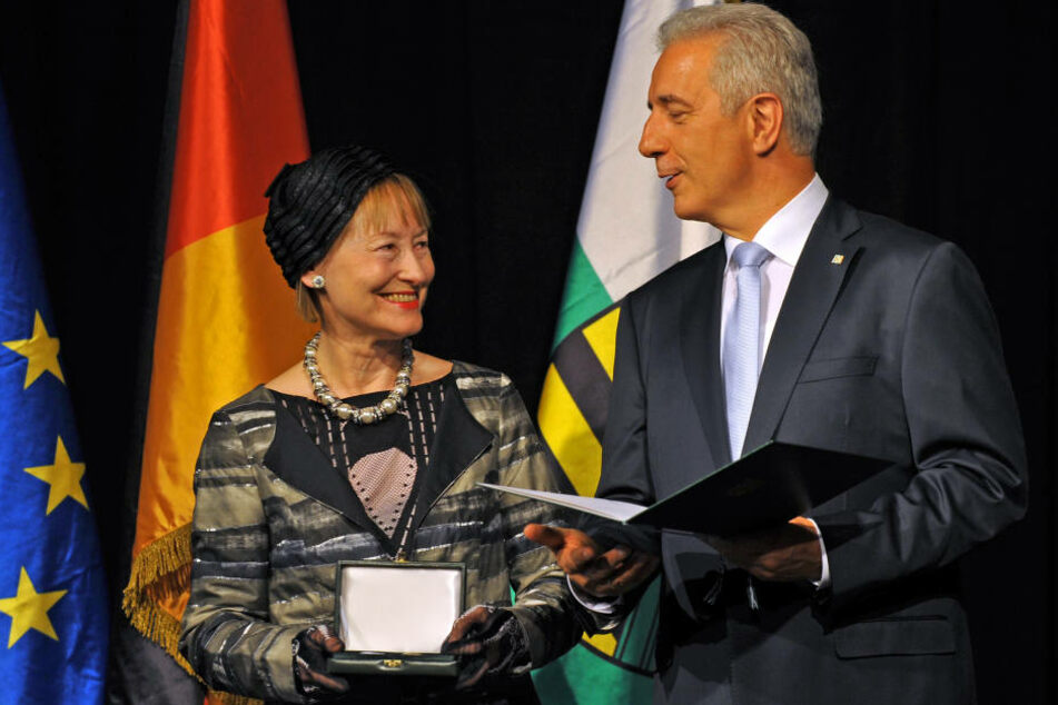 Die Verleihung von Verdienstorden ist Sache des Ministerpräsidenten. Hier übergibt Stanislaw Tillich (CDU) einen Orden an Ingrid Mössinger, Generaldirektorin der Kunstsammlungen Chemnitz.