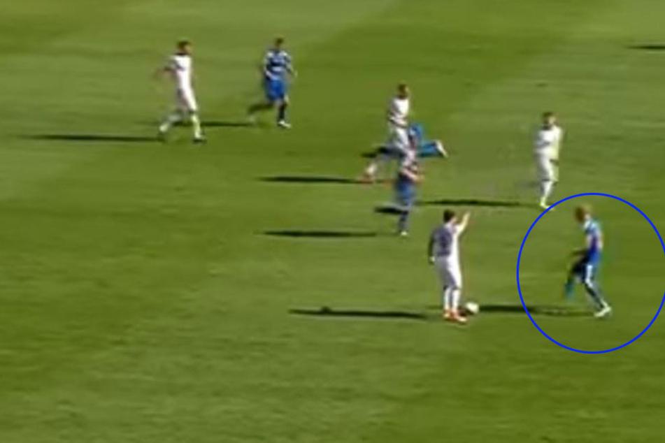 Sören Eismann (eingekreist) schnappt sich den Ball, obwohl die Meppener das Spiel unterbrechen wollte.