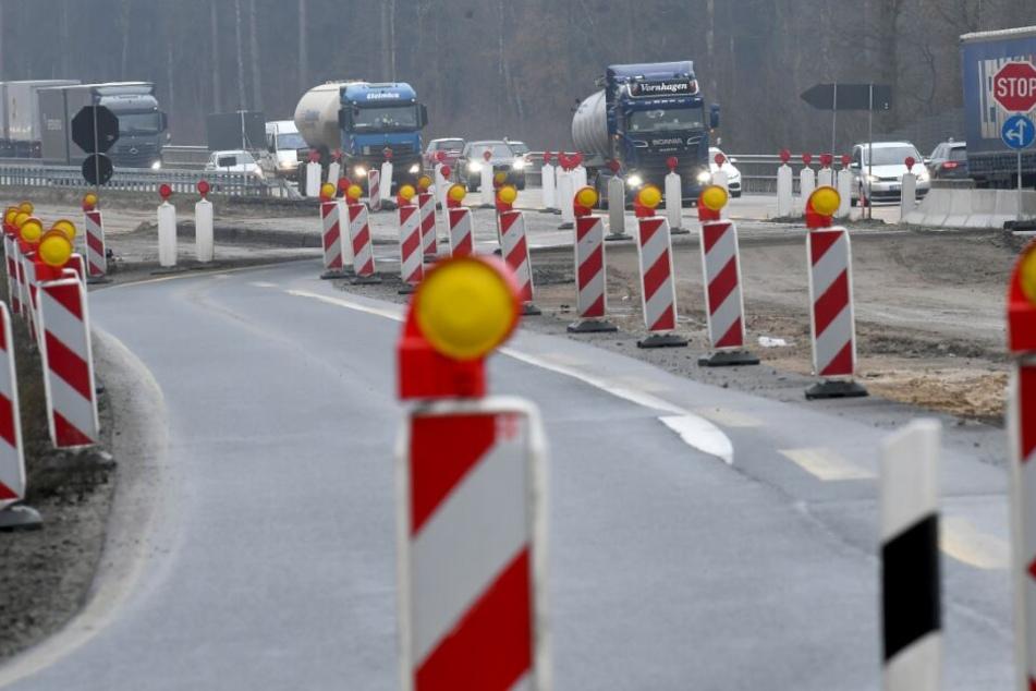 Baustellen engen die A7 auf zwei Spuren in die Fahrtrichtungen nach Norden und Süden zwischen den Anschlußstellen Bad Fallingbostel und dem Walsroder Dreieck ein.