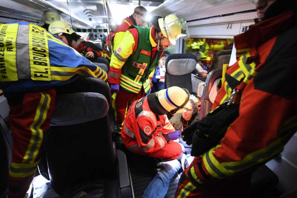 Die Rettungskräfte kümmern sich im Szenario des verunglückten Zugs um Statisten, die Verletzte bei der Grossübung darstellen.