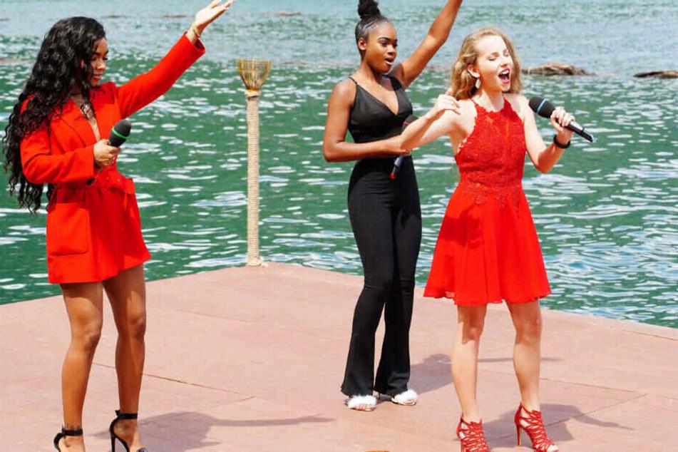 """Alicia-Awa Beissert, Jayla Ndoumbe Epoupa und Clarissa Schöppe (v.l.) wollen mit den Song """"Empire State Of Mind"""" von Alicia Keys die Jury überzeugen."""
