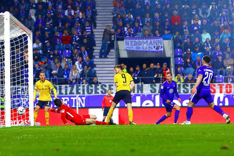 Das war bitter aus Auer Sicht: Kurz nach dem Seitenwechsel kam Dynamo durch das Hackentor von Lucas Röser (Nummer 9) zum Ausgleich - Martin Männel im Auer Tor war chancenlos.