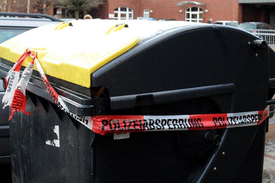 Bei der Durchsuchung der Wohnung, entdeckten die Polizisten die Leiche in der Mülltonne. (Symbolbild)