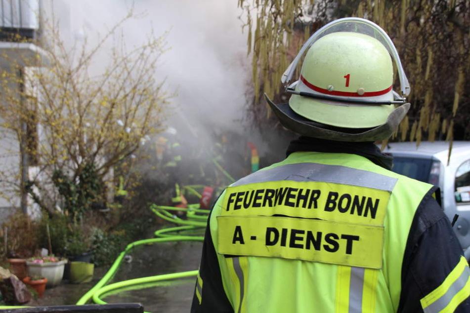 Die Feuerwehr und Rettungskräfte mussten eine tote Person bergen.