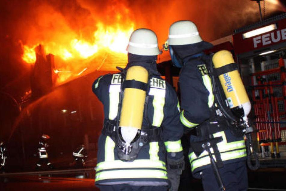 Die Feuerwehr konnte die Flammen unter Kontrolle bringen. 14 Leute wurden durch das Feuer verletzt. (Symbolbild)