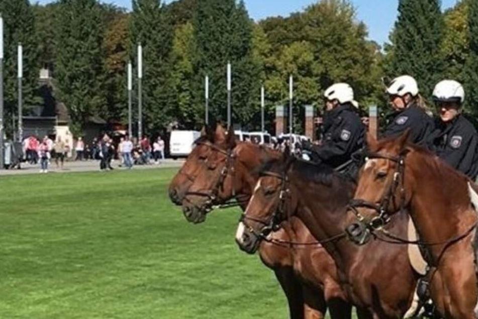 Berittene Polizeibeamte vor dem Bundesliga-Derby.