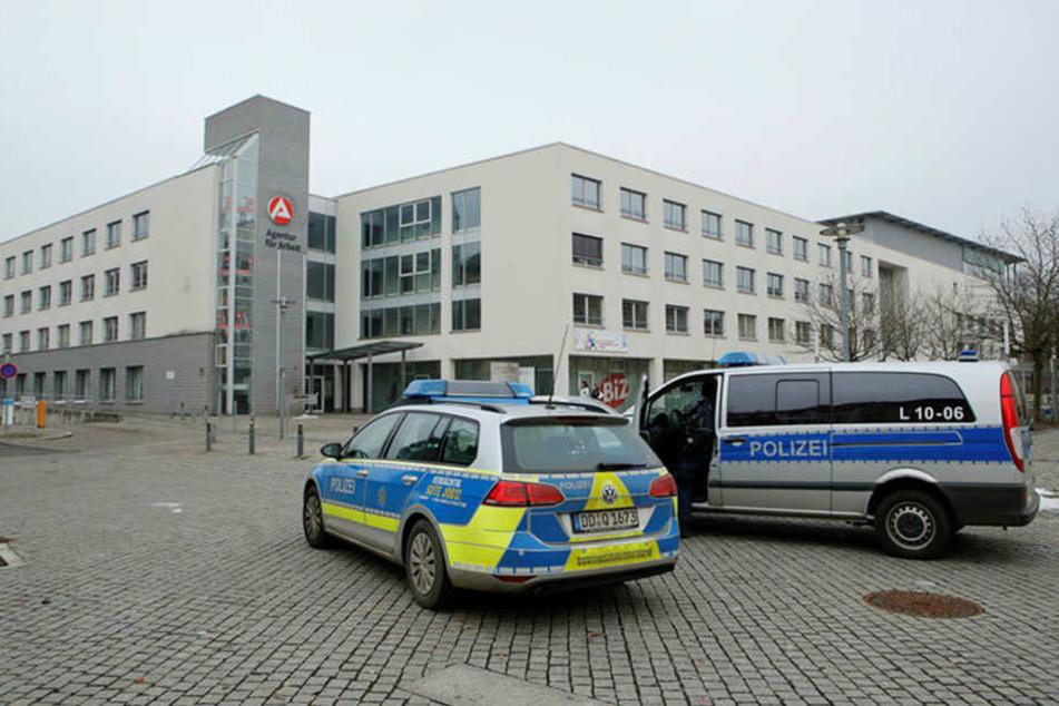 Die Leipziger Polizei beim Einsatz vor dem Arbeitsamt in der Georg-Schuhmann-Straße
